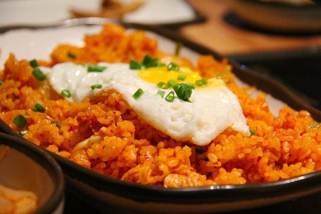 bord met rijst en ei